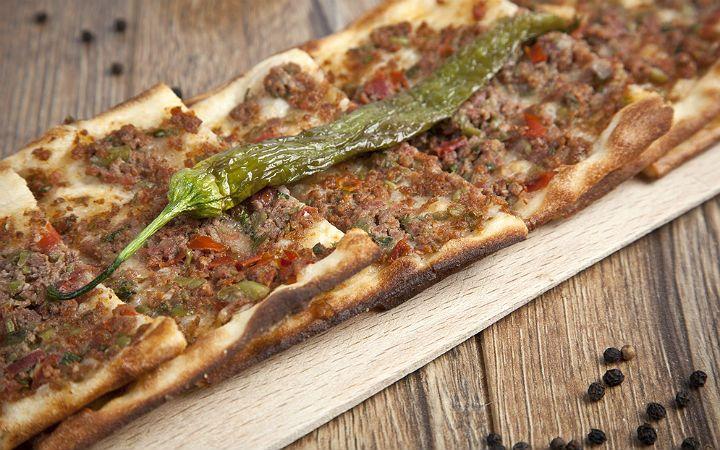 Konya'nın sembolü etli ekmek; ince hamuru ve çift bıçakla kıyılmış etiyle ne kadar yediğinizi, doyup doymadığınızı anlayamadığınız güzellikte bir hamur işi.