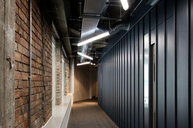 Современное освещение коридорной зоны при помоши подвесных светодиодных светильников.