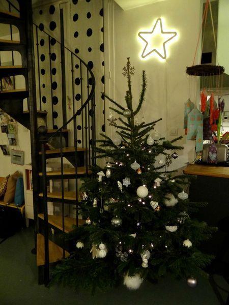 Le sapin de Noël de Loulou Addict à côté d'un escalier rétro en métal et bois de style Bistrot (modèle déposé) réalisé par Escaliers Décors (www.ed-ei.fr) s'insérant dans une décoration vintage.
