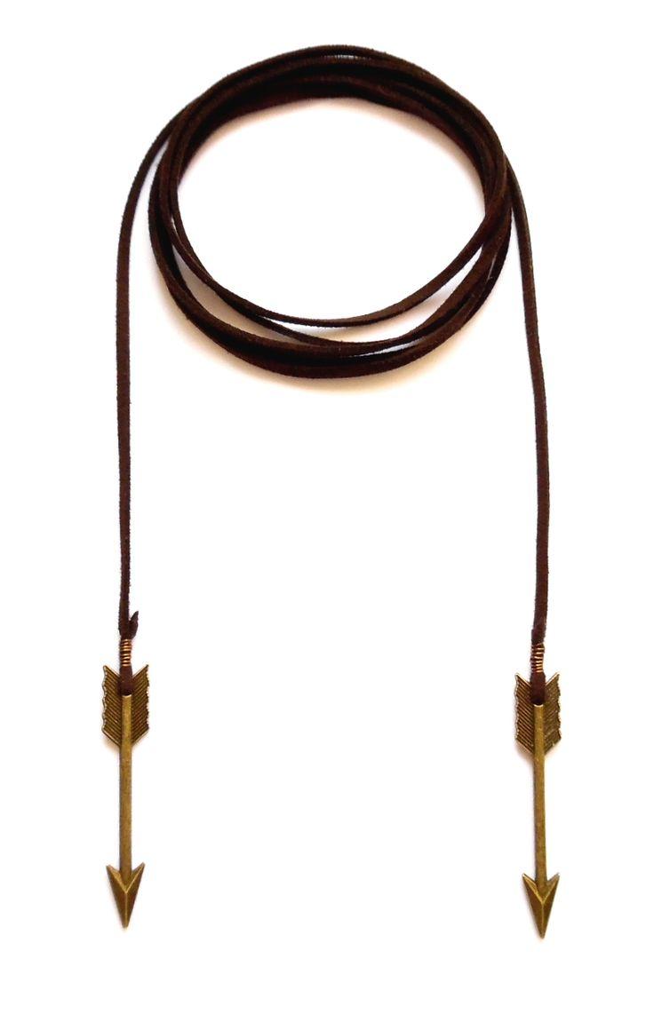 Wrap halsband i brun mocka med pilar av brons. Halsbandet går att bära på flera sätt.  Längd: ca 150cm lång och passar att vira 1-2 varv runt halsen.