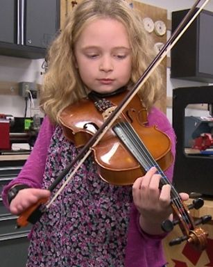 Girl born without fingers aims to play viola with 3D-printed hand - The Strad