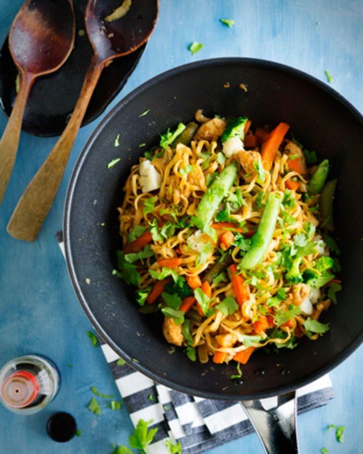 One top noodle wok eli yhdessä astiassa valmistettava wokki on näppärä tehdä. Lientä tulee reilusti muttei se haittaa, koska se on niin maukasta. Kanan sijaan proteiinin lähteeksi käyvät pavut ja tofu.