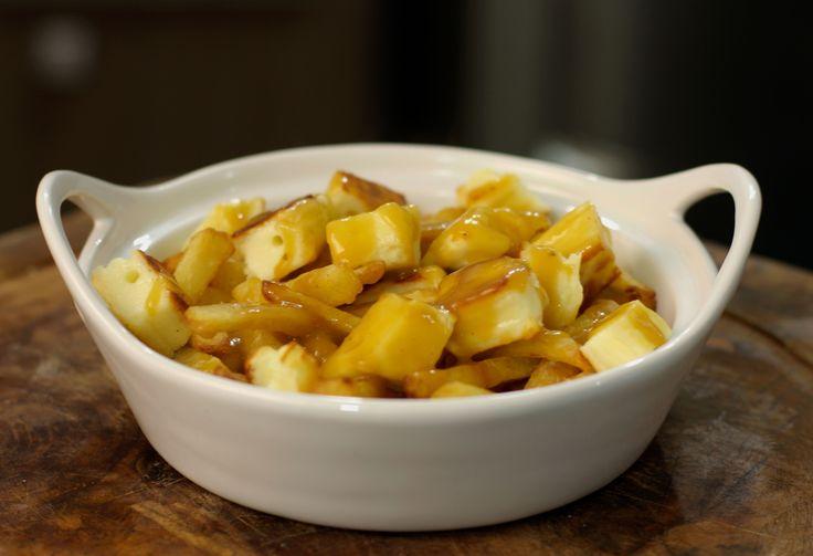 Poutine é um prato de rua canadense, que leva batata frita, queijo coalho e molho gravy.