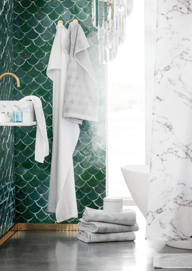 Totally On Trend Fabulous Fish Scale Tiles For The Bath Kitchen Odnawianie Lazienki Lazienka Wnetrza