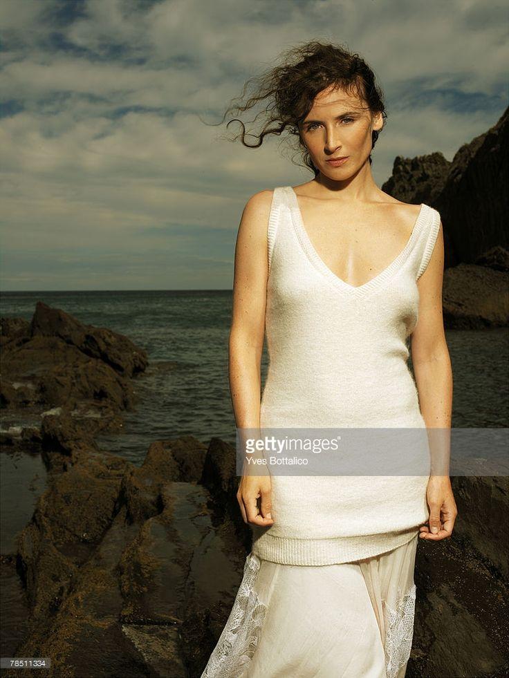 Photo d'actualité : Singer Elsa poses at a portrait session in Paris...