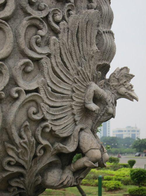 Garuda ( Hindu-Buddha Garuda God ) - Bali, Indonesia, SouthEast Asia  Garudá es un pájaro mítico, considerado un dios menor (o semidiós) en el hinduismo y en el budismo. Generalmente es iconizado como un águila gigante y antropomórfica: cuerpo humano de color dorado, rostro blanco, pico de águila y grandes alas rojas. Es muy antiguo, enorme y puede tapar la luz del Sol.