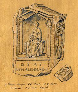 Eén van de tekeningen die de in Middelburg wonende schilder Hendrick van Schuijlenburgh in 1647 maakt van de gevonden stenen op het strand van Domburg. De tekeningen zijn gemaakt op bruin papier in potlood, ten dele aangezet in krijt. Het zijn vermoedelijk schetsen. Op de hier getekende steen is Nehalennia 'afwijkend' gespeld, namelijk NEHALLENAE. Onderaan staan de maten van de steen: 4 Voeten Hoogh 2 [voet] Breet. 1 [voet] dijck. 't Figuer 1 [voet] 3d[uim]. Hoogh.
