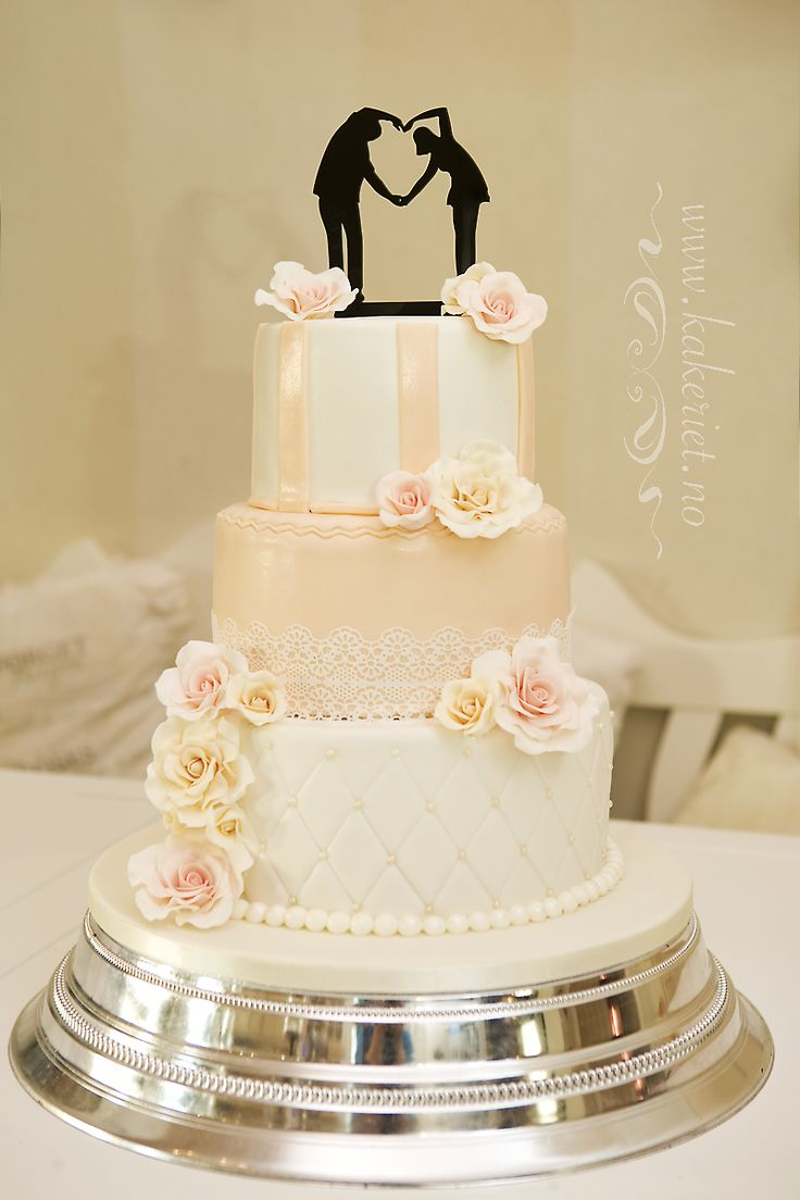 Wedding cake with peach and cream roses :) Creme og ferskenfarget bryllupskake
