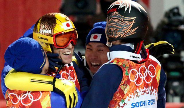 2回目を終えチームメートと抱き合う葛西紀明  朝日新聞デジタル