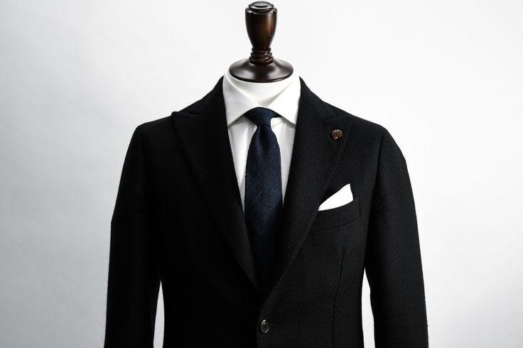 """今やパーティーにおけるスーツの着こなしのみならず、ビジネスやオフの着こなしにおいてもジャケットスタイルの必須アイテムとなったポケットチーフ。今回は""""ポケットチーフ""""にフォーカスして、注目のアイテムや折り方を紹介! ポケットチーフとは? スーツの胸ポケットに装飾として挿す布のことであり、英語では「pocket square(ポケットスクエア)」と言われている。ポケットチーフが誕生したのは1920年代に入ってから。ポケットチーフを挿すための目的でジャケットに胸ポケットが施されるようになったことをきっかけに、実用品としてのハンカチを装飾品として胸ポケットに挿すという習慣が徐々に紳士の間で定着している。 ※ポケットチーフ自体の起源として、中国の農夫が日よけとして身につけていた麻布を15世紀にフランスの船乗りが故郷に持ち帰り、エポレット(肩飾り)や左袖上に挿したことが原点であるという説も存在。 ちなみにこのような装いは当時のブルジョワジー(富裕層)に、主に燕尾服やフロックコートの着こなしにおいて取り入れられ白いリネン(麻)のチーフが用いられることが多かったため、次第に「..."""
