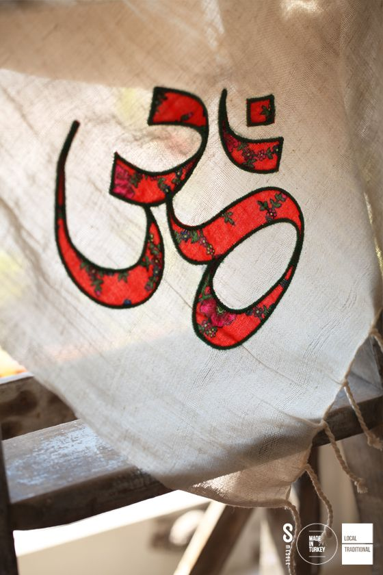 ASYA'DA HUZUR MESELESİ Hinduizm'de evrenin iç sesi ve ritmi kabul edilen Aum (Om), evrenle bütünleşmeyi ve huzuru temsil eder. İşte 'Om' sembolü, işte bütünleşme Mesele'si!