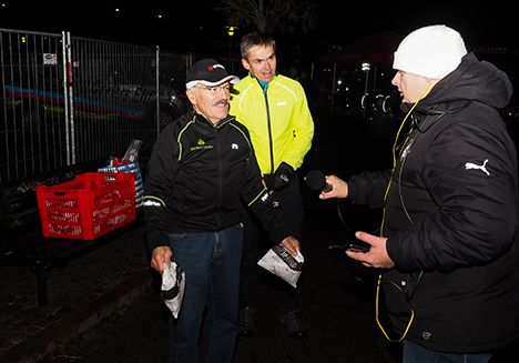 Cykelambassadørerne Arthur Müller og Jens Peter Hansen deler rundstykker ud. Foto: RANDERSiDAG.dk