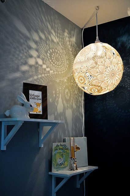Lampe aus Spitze auf einen Ballon geklebt