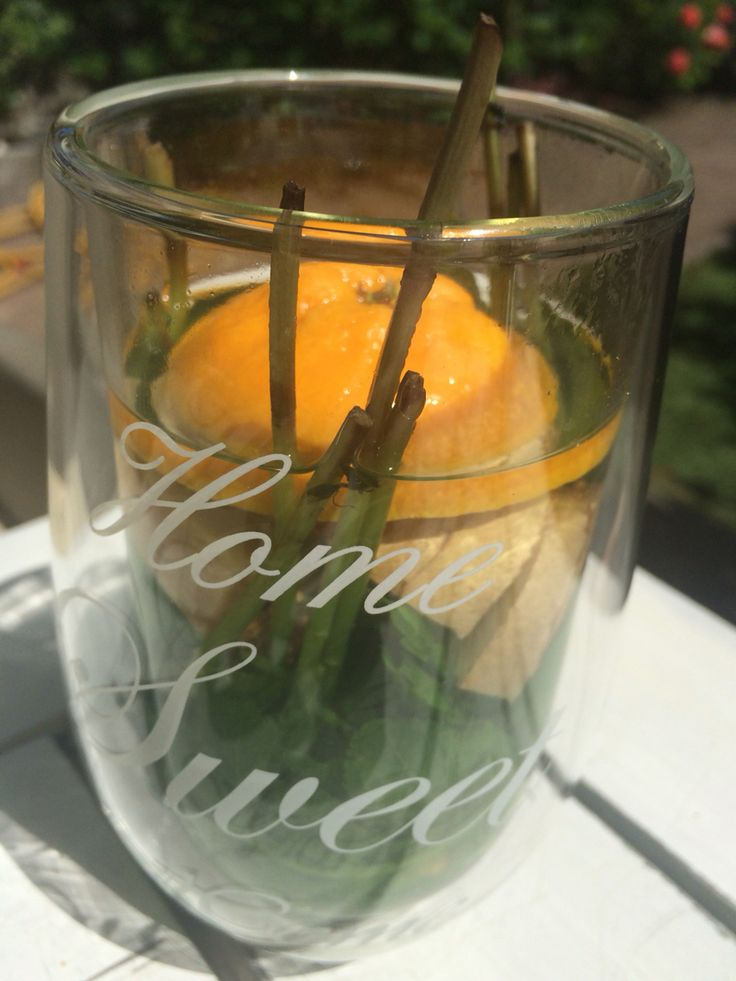 Zomerthee met verse munt, gesneden gember en een schijfje sinaasappel. Lekker frisss!