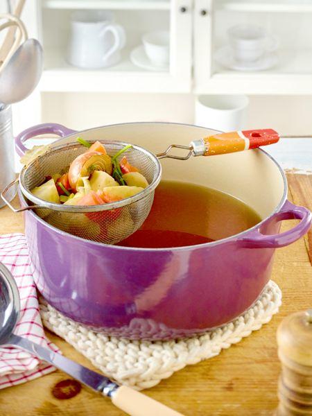 Instant war gestern. Gemüsefond selber machen geht mit dieser Anleitung ganz leicht. Die aromatische Wunderwaffe bildet die Basis für viele leckere Suppen, Ragouts und Soßen.