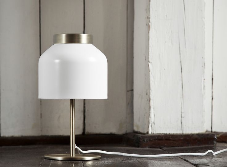T R I C O T Table light. Designed by Venessa Eilert. White metal and brushed brass.   Frandsen Lighting A/S. Photo by Inhouse Fotografi.