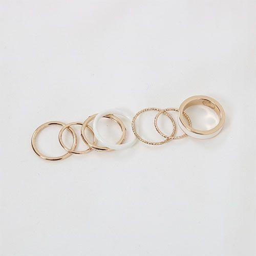 럭키데이 럭키히스토리 반지 심플하고 예쁜 7개의 반지 세트 화이트와 골드의 컬러가 조화를 이룬 반지 1, 2번 반지는 기본링이고 3번째 반지는 큐빅이 박혀있고 4번째는 화이트링 5,6번 반지는 울퉁불퉁 7번째 반지는 두툼한 금반지에 화이트띠로 디자인된 반지