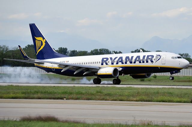 Ryanair Boeing 737-800 Smoke on Touch Down
