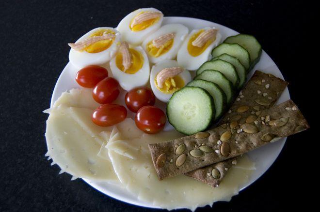 Egg med «kalles kaviar», cherrytomater, agurk, svensk ost og noen svenske knekkebrødsaker. (Kamilla K)
