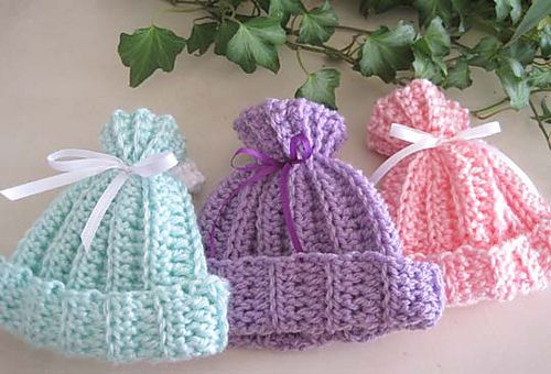 Rib-look Baby Hat pattern... I know a lil' baby that is going to get one of these!  ;)