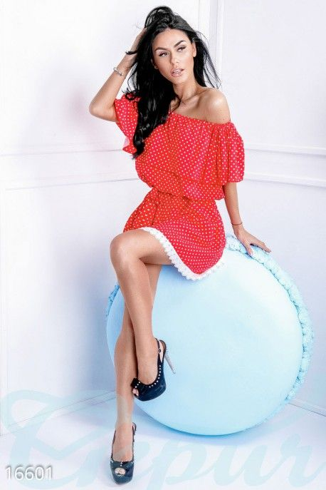 Красное платье в белый горошек. #мини #платье #красное #в #белый #горошек #спущенные #плечи #декольте #оборка #приталенное http://gepur.com/