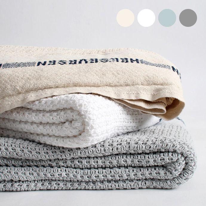 フィンランドのテキスタイルメーカーによるホスピタルブランケット。肌ざわりのよいコットン100%なので、季節を問わずブランケットやベッドカバー、ソファなどにかけたりすっぽりくるまったりと使い方は自由。ギフトにもおすすめ。