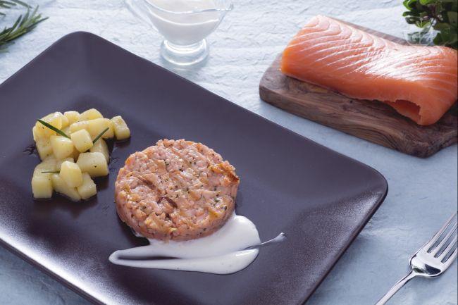Il burger di salmone con maionese senza uova e patate saltate è un secondo piatto saporito con tante erbe aromatiche e una salsa leggera e gustosa.