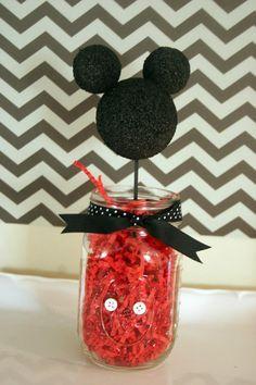 Sencillo centro de mesa para fiesta Mickey Mouse con papel picado como base. #FiestaMickeyMouse
