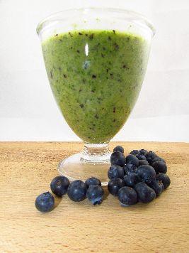 Voedselzandloper powerontbijt: Smoothie met spinazie, blauwe bessen, banaan, peer, sinaasappel en chiazaad