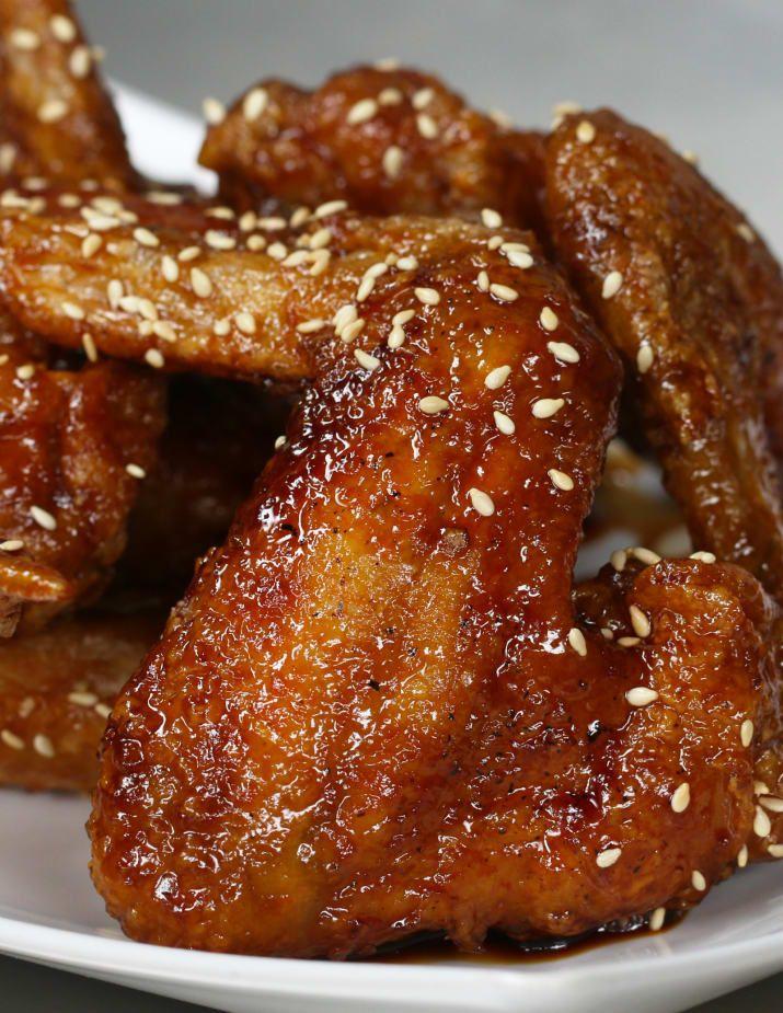 Porciones: 2INGREDIENTS8 wingsSalt pollo, a tastePepper, al gusto almidón de patata, para dragar aceite de fritura, como neededSweet soja Glaze: ½ taza (100 mililitros) de salsa de soja ¼ taza (50 mililitros) mirin¼ taza (50 gramos) taza sugar¼ (50 mililitros) sake1 diente de ajo, Guarnición rallado: aceite de sésamo tostado PREPARATIONPreheat blanco a aproximadamente 160ºC / 320F.  Temporada de ambos lados de las alas de pollo con sal y pimienta.  Escudo con la patata starch.Fry las alas a…