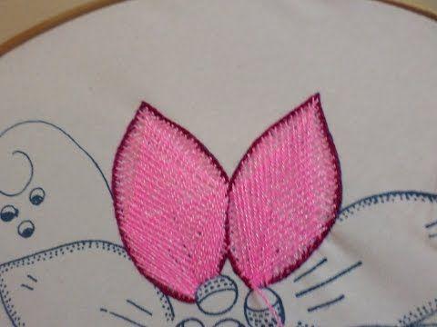MATERIALES: • 2 cortes tela raso de 1mt. X 50 cms. • 1 corte tela raso de 50 x 45 cms. • ½ kilo algodón sintético. • 2 ½ mtr. blonda de 5 cms. • ½ mtr. elást...