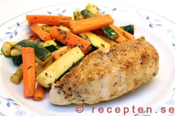Enkelt recept med kycklingfilé, zucchini och morötter och en god enkel sås. Gott och fräscht!