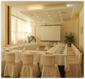 Radisson Antofagasta cuenta con 8 salones para distintas necesidades y un completo equipo profesional que hará de su evento, convención o reunión, todo un éxito. Destaca el área de la terraza y piscina, ideal para cocktails.
