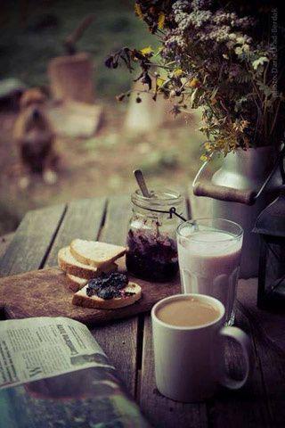 pan con mermelada, café y periódico