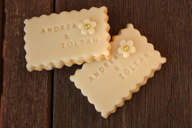 Kekszek, sütinyalókák, egyaránt jó ötlet esküvői köszönőajándéknak. A keksz előnye, hogy sokáig eláll, míg a popnál figyelmeztetni kell a vendégeket, hogy 1-2 napon belül egyék meg az ajándékot. A kekszekre írni is lehet, a popokat viszont szépen fel lehet címkézni, vagy…