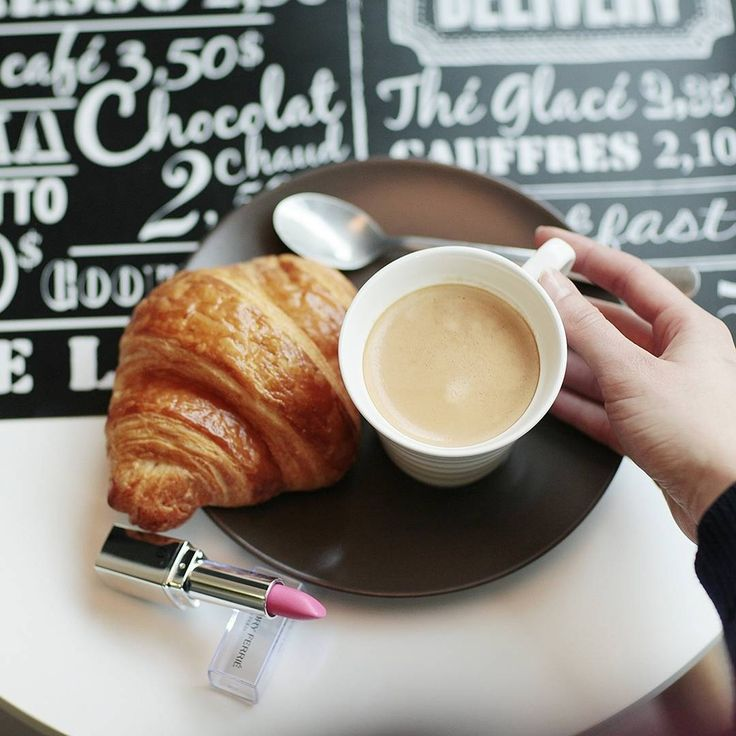 A sweet coffee break and a pretty lip color are always a good idea ☕ #WeekendMood   Pause gourmande + retouche pour garder un #look parfait ☕ Bon weekend à toutes!