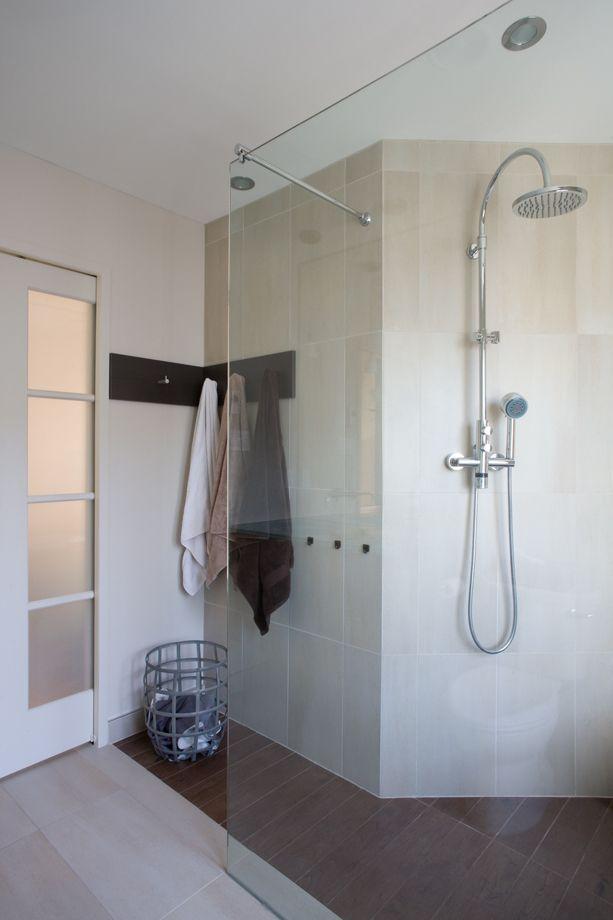Porcelaine et verre dans une salle de bains fonctionnelle for Decormag salle de bain