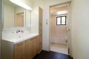 新品に交換済みの洗面台と、新設した浴室