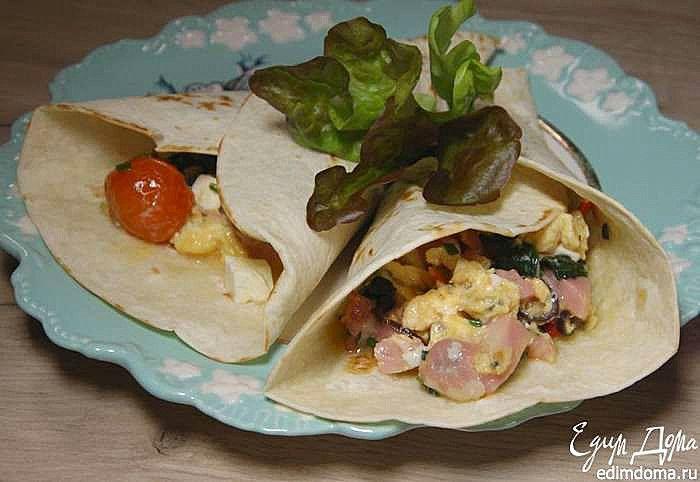 Буррито с индейкой, беконом и шпинатом от Юлии Высоцкой. Замечательный вариант вкусного перекуса! Можно взять любой свежий сыр, главное, чтобы он был слегка солоноватым и пикантным на вкус — идеально подойдет фета или копченый сулугуни. #едимдома #готовимдома #рецепты #юлиявысоцкая #кулинария #буррито #кухня #домашняяеда
