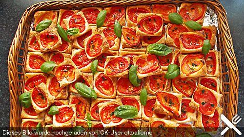 Blätterteig - Tomaten - Quadrate, good! Aber nächstes Mal mit Pizzateig . Habe in das Öl auch noch Basilikum gemixt