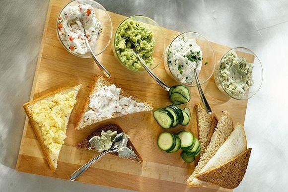 Aperitivos Originales:  Una tabla de quesos con salsas variadas.