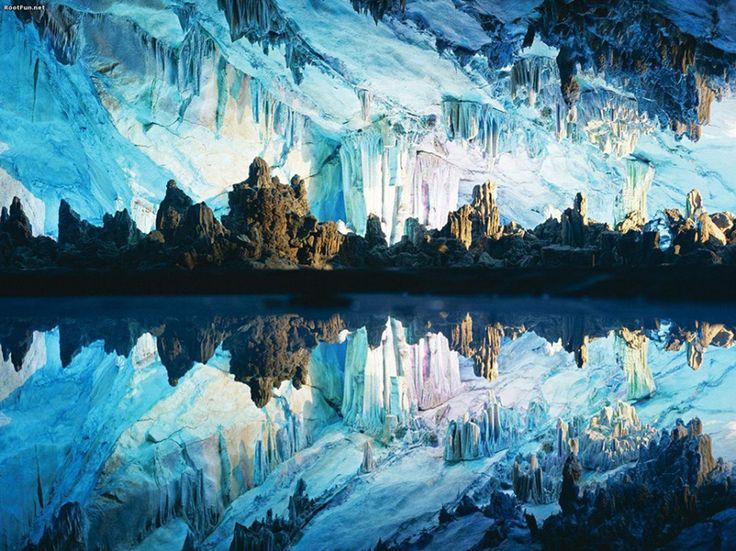 Reed Flute Caves, China – Essas cavernas de 240 metros de comprimento têm sido uma das atrações mais populares da China há quase 1200 anos. As belas formações rochosas foram criadas por séculos de erosões de água. Hoje em dia, as cavernas são destacadas por luzes coloridas que criam um ambiente verdadeiramente surreal Créditos: Reprodução Wikipédia