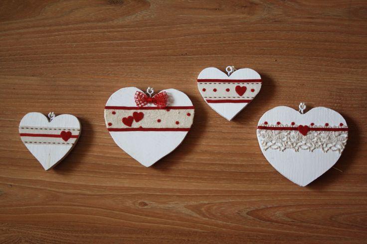 cuori in legno decorati  (FB: Arianna Miani Laboratorio Creativo)