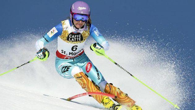 Šárka Strachová v prvním kole slalomu ve Svatém Mořici.