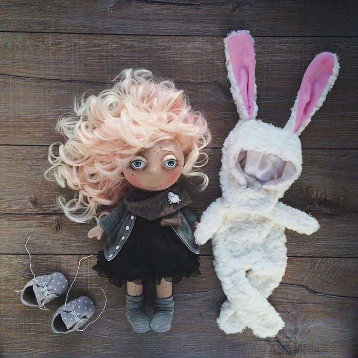 «Последняя кукла в этом году. Очень скромная и милая. Рост около 35 см. Волосы светло-розовые, белые на концах. Вся одежда снимается. В комплекте:…»