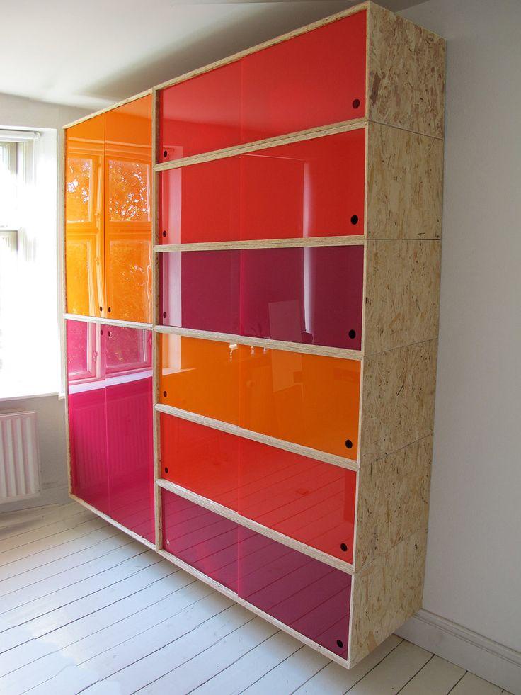 Muito chic, armário com estrutura em OSB e portas em vidros coloridas. Myrella M Costa