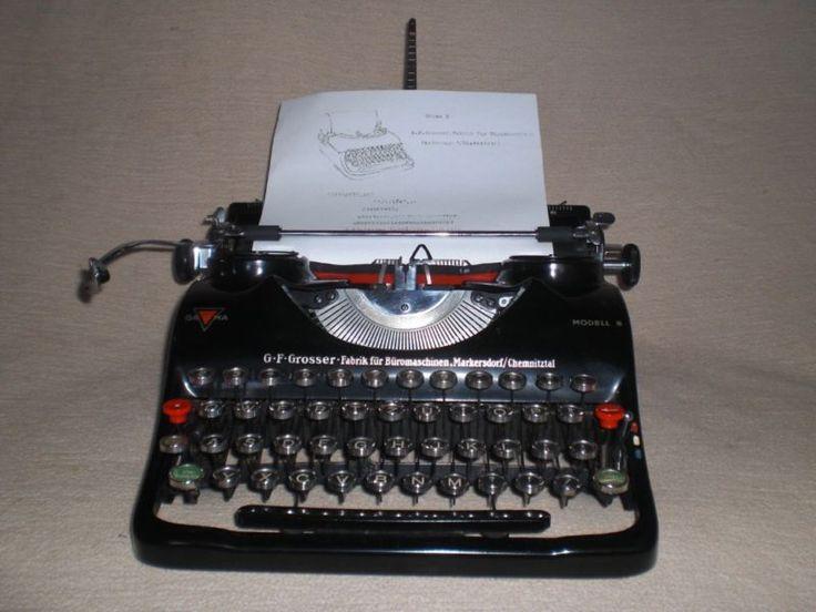 Tragbare mechanische Reiseschreibmaschine der Marke Groma, Modell «N» Seriennummer 217230 Sonderausgabe mit tschechischen Buchstaben um 1939.Die Schreibmaschine mit altersbedingten Gebrauchspuren, aber trotzdemin einem gut erhaltenen Zustand und funktioniert reibungslos,mit Englisch-Tchehischer Tastatur. Farbband ist mit dabei.Ein sehr schönes Dekorationsobjekt und besonderes Kollektionsstück.Maße mit Koffer ca. 37,0 cm x 36,0 cm x 15,0 cm / Gewicht ca. 6,4 kgG.F.Grosser. Fabrik für…