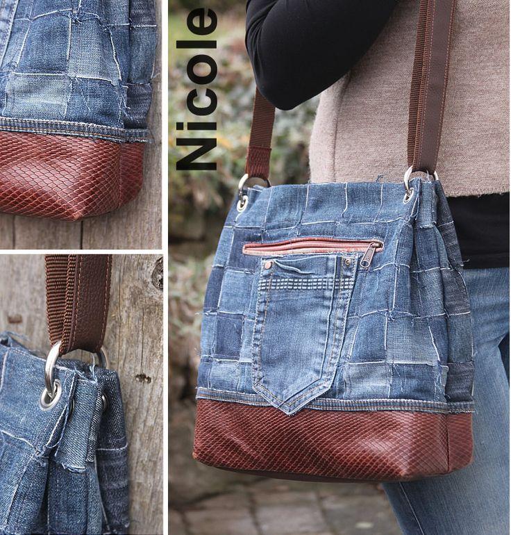 Taschenkörper aus geflochtenen Jeansstreifen, kombiniert mit geprägtem Leder.