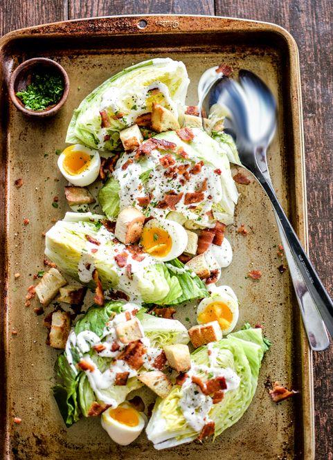「ウェッジサラダ」とは、4等分に切ったレタスにドレッシングとトッピングを乗せたインパクト大なサラダのこと。レタスを一度にたくさん食べられる、便利なレシピなんです。