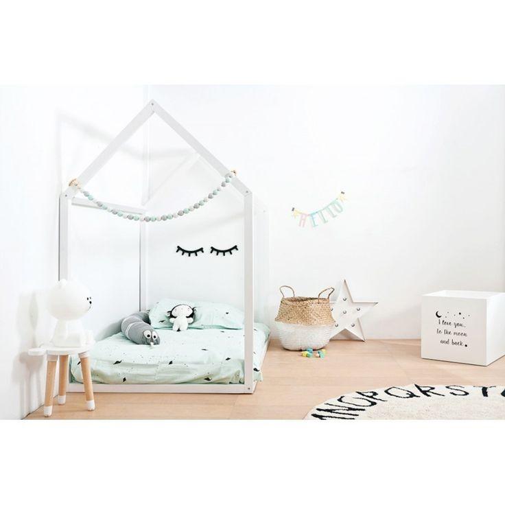 La cama casita de madera es ideal para crear una habitación infantil moderna y diferente. Construye el rincón más original, divertido y seguro, donde tu peque podrá disfrutar de los más dulces sueños. Se trata de una cama casita elaborada artesanalmen